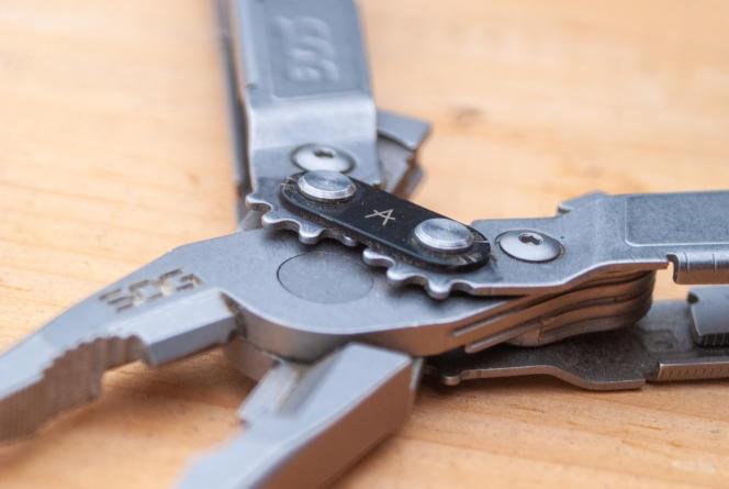 Les mâchoires du SOG sont dotées d'un système à engrenage, ce qui accroît la force de la pince.