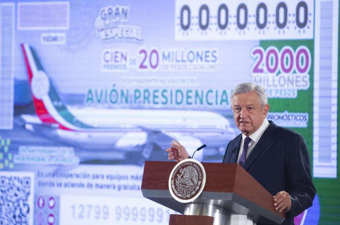 Le président mexicain Andres Manuel Lopez Obrador présente le billet de loterie permettant de tenter de gagner l'avion présidentiel, le 7 février à Mexico.
