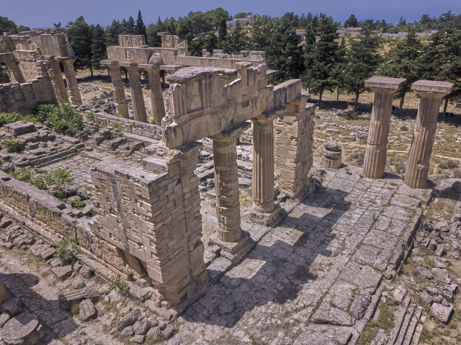 Le temple de Zeus, à Cyrène, plus vaste que le Parthénon d'Athènes. Le Dieu suprême des anciens Grecs y siégeait en position assise. Ses doigts de pied conservés au musée local donne une idée de la taille de la statue.