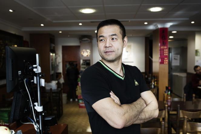 Alexandre Xu, gérant de l'établissement Chez Alex dans le quartier parisien de Belleville, pose dans son restaurant, le 7 février.