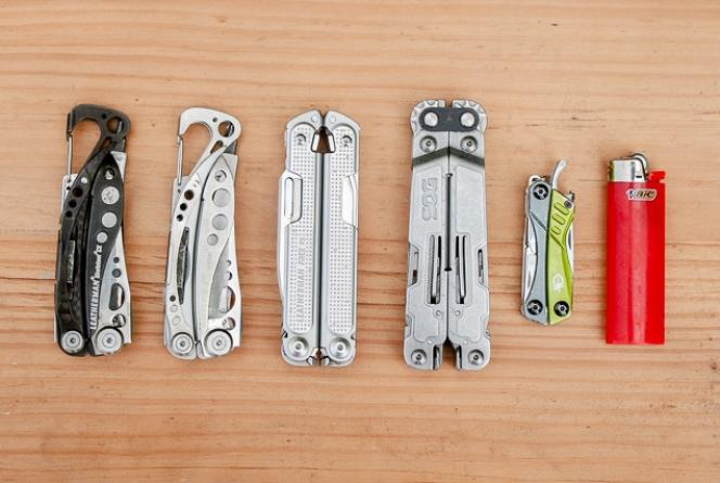 De gauche à droite: les modèles Leatherman Skeletool CX, Skeletool classique, Free P2, SOG PowerAccess Deluxe, Gerber Dime et un briquet.