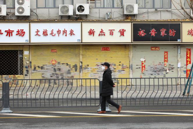 Les magasins sont fermés en raison de l'épidémie due au coronavirus, à Wuhan, dans la province du Hubei, en Chine, le 7 février.