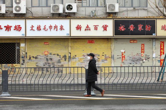 Des magasins fermés en raison de l'épidémie due au coronavirus à Wuhan, dans la province du Hubei, en Chine, le 7 février.