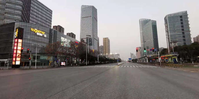 Une avenue déserte à Wuhan, ville chinoise de 11 millions d'habitants, le 3 février 2020.