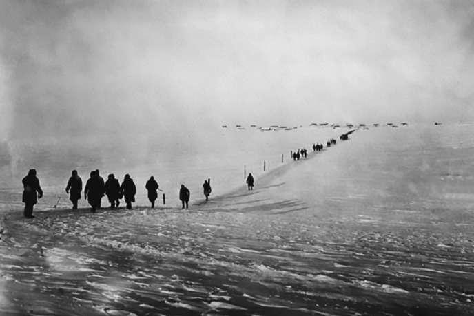 Des détenus sur l'île de Vaïgatch, dans l'océan Arctique, au début des années 1930.