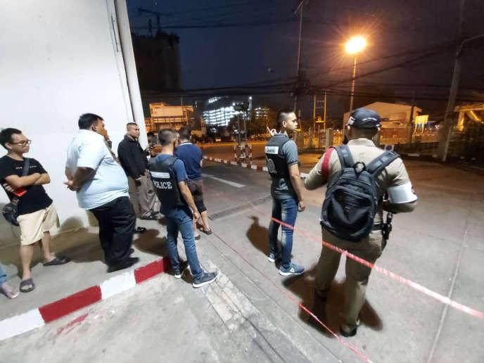 Cảnh sát và người đứng xem gần hiện trường vụ nổ súng tại trung tâm mua sắm Terminal 21 ở Korat, Thái Lan, thứ Bảy ngày 8/2/2020.
