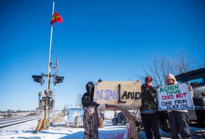 Des membres de la communauté autochtone des Mohawks bloquent une ligne de chemin de fer à Belleville, dans la province canadienne de l'Ontario, le 8 février. Ils protestent ainsi contre le projet degazoduc Coastal GasLink en Colombie-Britannique.
