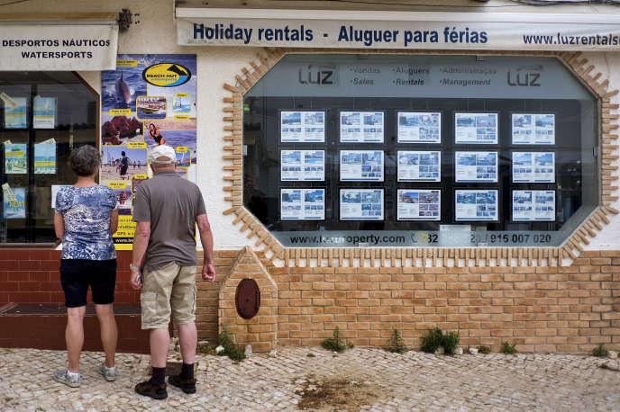 Une agence immobilière, à Praia da Luz, dans le sud du Portugal, en avril 2017.