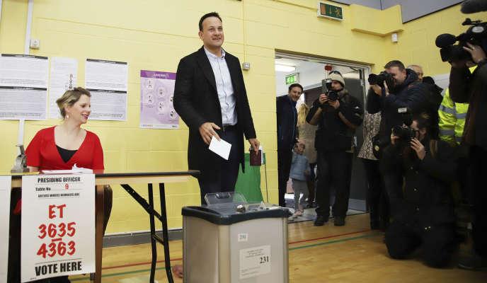 Le premier ministre Leo Varadkar a voté à Castleknock, dans la banlieue de Dublin, samedi 8 février.