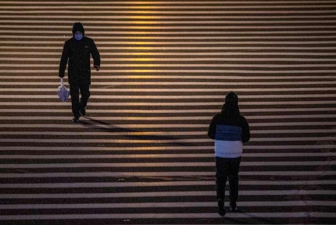 Un homme portant un masque à Shanghaï, le 8 février.