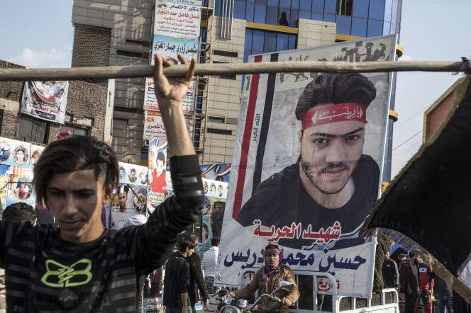 Des portraits de martyrs sont exposés place Habboubi, à Nassiriya (Irak), le 6 février.