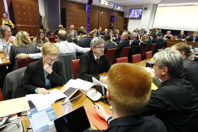 Clémentine Autain et Jean-Luc Mélenchon, lors de l'examen du projet de loi sur la réforme des retraites, en commission spéciale, à l'Assemblée nationale, le 3 février.