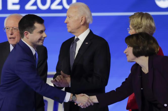 L'ex-maire de South Bend Pete Buttigieg salue la sénatrice du Minnesota Amy Klobuchar, le 7 février, lors d'un débat dans le New Hampshire.