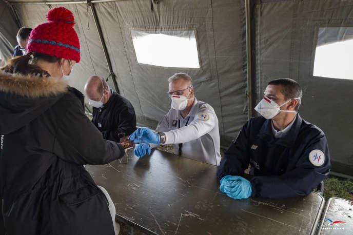 Une femme évacuée de la province de Wuhan à son arrivée à la base aérienne d'Istres-Le Tubé, le 9 février2020.