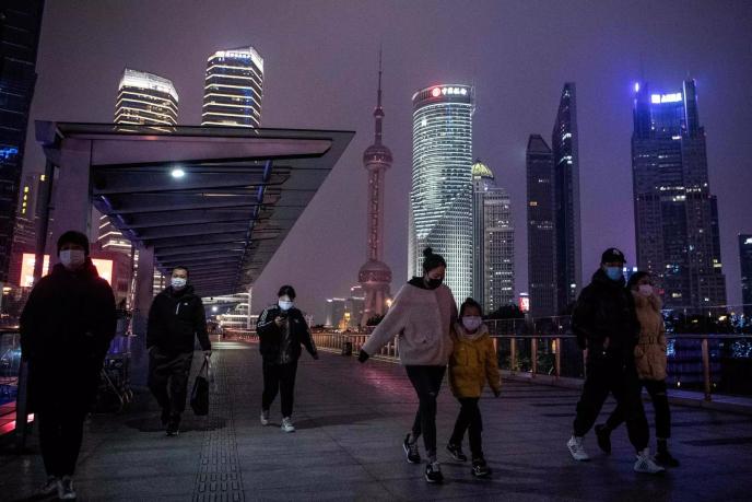A Shanghaï, le port du masque dans les lieux publics est devenu obligatoire.