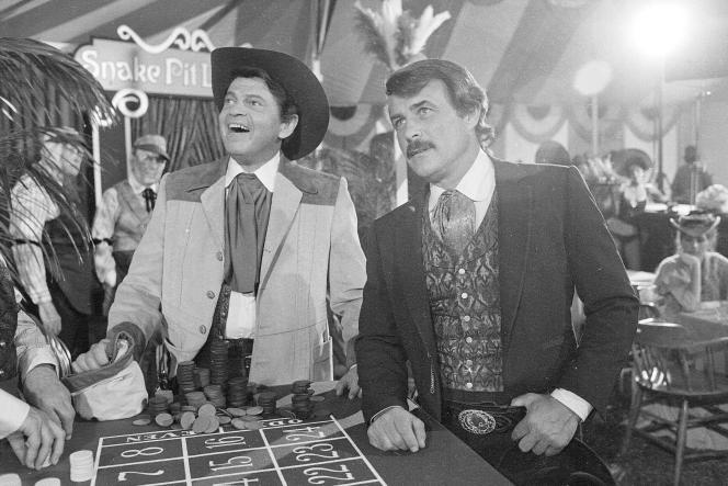 Ross Martin, à gauche, et Robert Conrad, à droite, pendant le tournage du film «Encore plus de Mystères de l'Ouest» , à Los Angeles, le 4 juin 1980.
