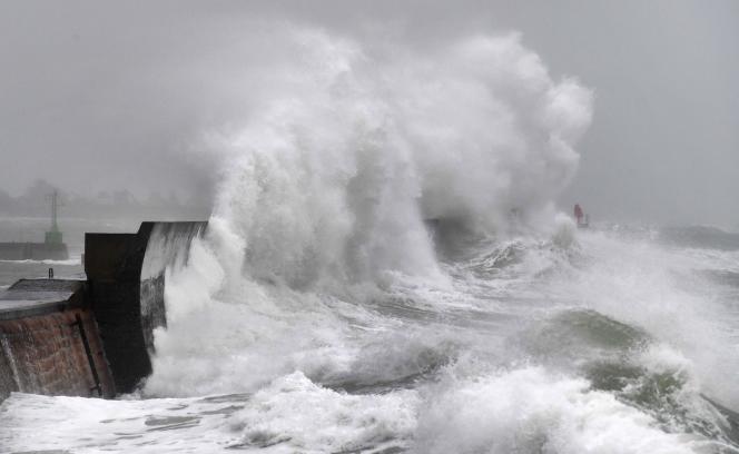 Enormes vagues à Plobannalec-Lesconil (Finistère), le 9 février, alors que la tempête Ciara balaye l'Europe occidentale.