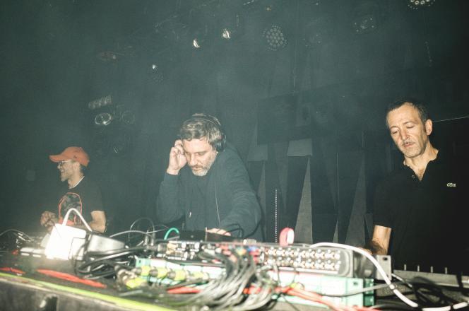 Kenzi Bourras, Hervé Carvalho et Guido Cesarsky, du groupe français Acid Arab, au club Babylon, à Istanbul, le 20 décembre 2019.