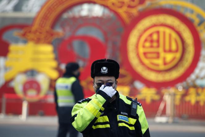 Un policier, à Pékin, le 9 février.