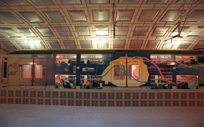 A la station Magenta, en 1999, à Paris, sur la ligne E du RER.