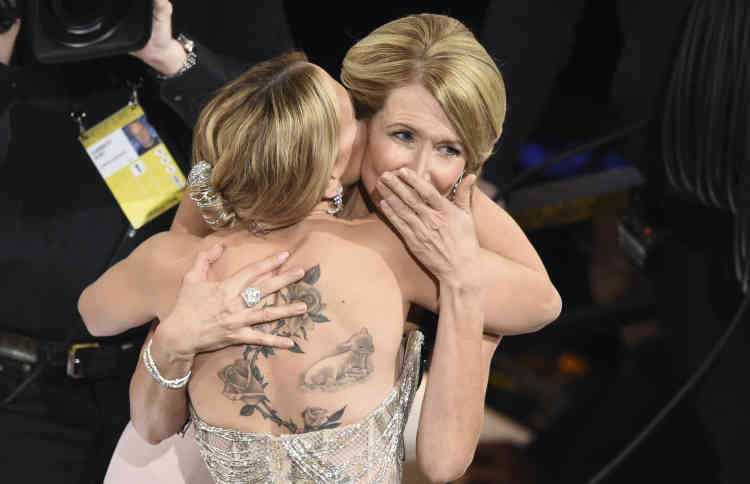 A l'énoncé de son nom pour le meilleur second rôle féminin dans « Marriage Story», Laura Dern s'effondre dans les bras de Scarlett Johansson, avec qui elle partage l'affiche.