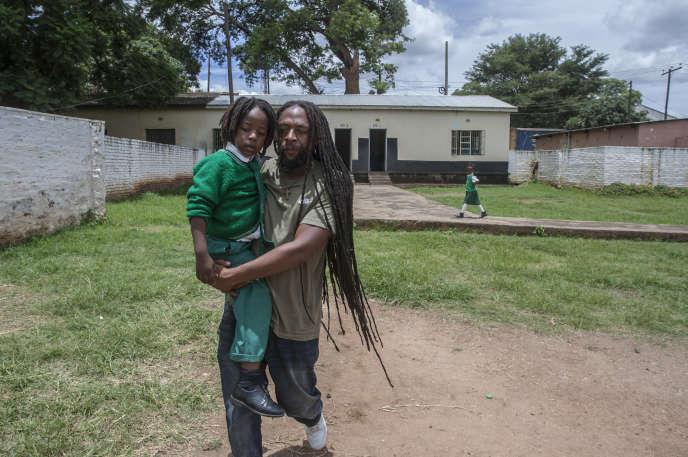 Ezaius Mkandawire, Malawite qui pratique la religion rastafarie, avec sa fille, à Lilongwe, le 30 janvier 2020.