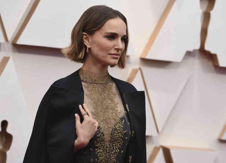 Féministe engagée, l'actrice Natalie Portman a elle aussi choisi de détourner sa tenue pour rendre un hommage : sur le contour de son manteau, le nom brodé de toutes les réalisatrices non nominées aux Oscars.