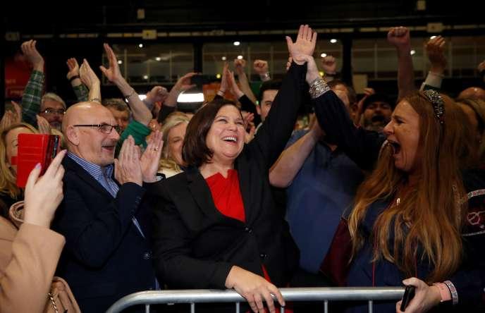 La dirigeante du Sinn Fein, Mary Lou McDonald, célèbre la victoire de son parti, à Dublin, le 9 février.