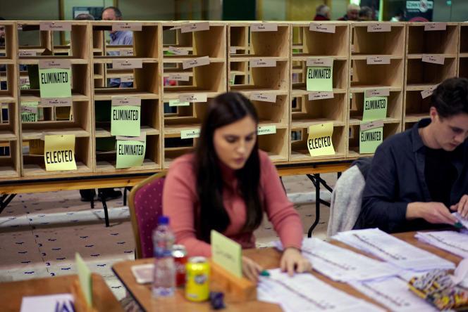 Les membres du personnel comptent les votes aux élections générales d'Irlande, à Cork, le 9 février.