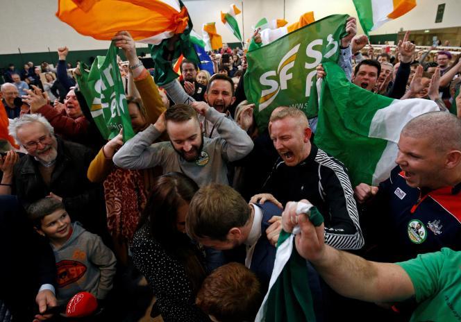 Des supporteurs du Sinn Fein célèbrent leur victoire aux législatives irlandaises, à Cork, le 9 février.