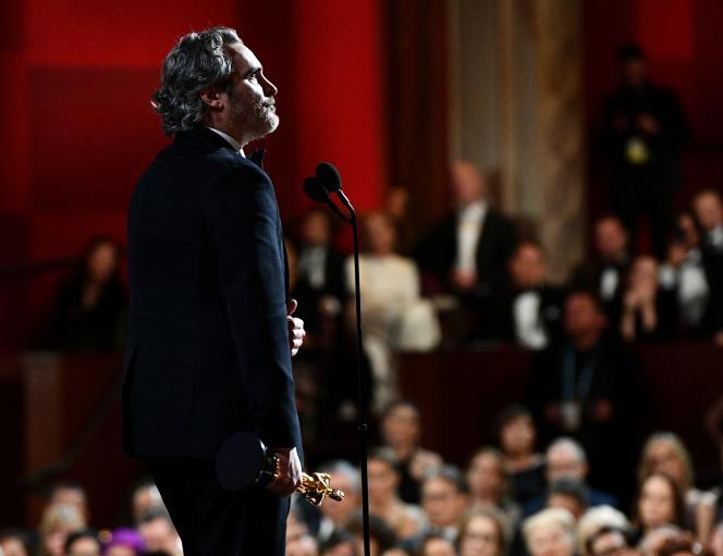 Joaquin Phoenix recevant l'Oscar du meilleur acteur pour «Joker», le 9février, à Los Angeles.