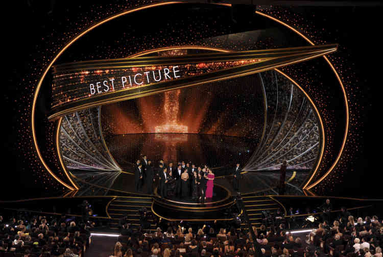 Bong Joon-ho, entouré de son équipe, reçoit le prix du meilleur film pour «Parasite», lors de la 92e cérémonie des Oscars, au Dolby Theatre de Los Angeles, le 9 février.