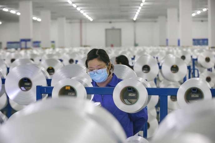 Dans une usine de textile à Nantong, en Chine, le 3 février.