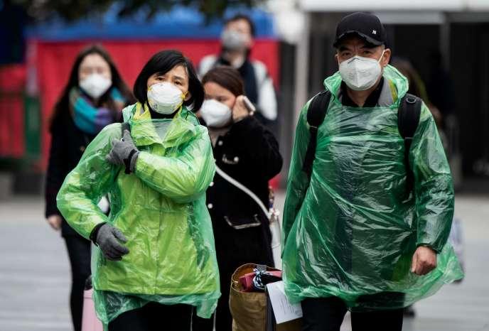 Des habitants portent des masques protecteurs à la gare de Shanghaï, le 10 février.