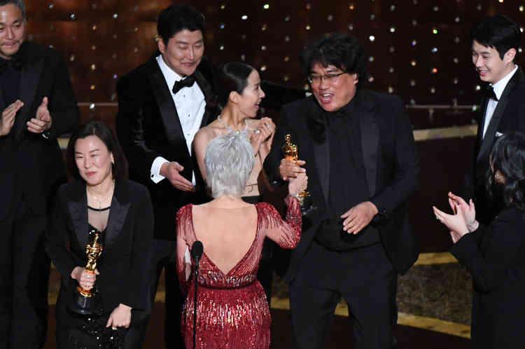 Bong Joon-ho entre dans l'histoire: c'est la première fois que l'oscar du meilleur film est attribué à un film en langue étrangère.