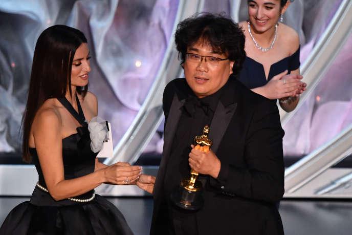 Bong Joon-ho accepte la précieuse statuette, couronnant son film« Parasite».