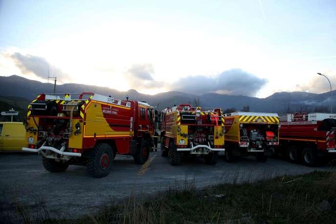 Lính cứu hỏa chiến đấu với một đám cháy ở Pietracorbara, Corsica, vào ngày 10 tháng 2.