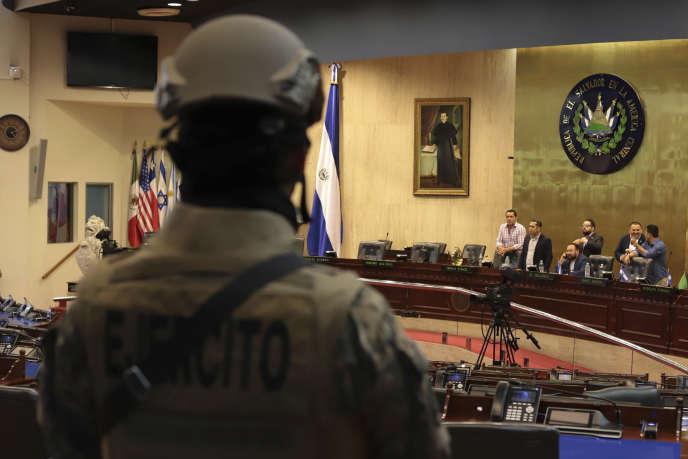Des soldats des Forces spéciales armées salvadoriennes entrent au Congrès surles ordres du président Nayib Bukele, à San Salvador, le 9 février.
