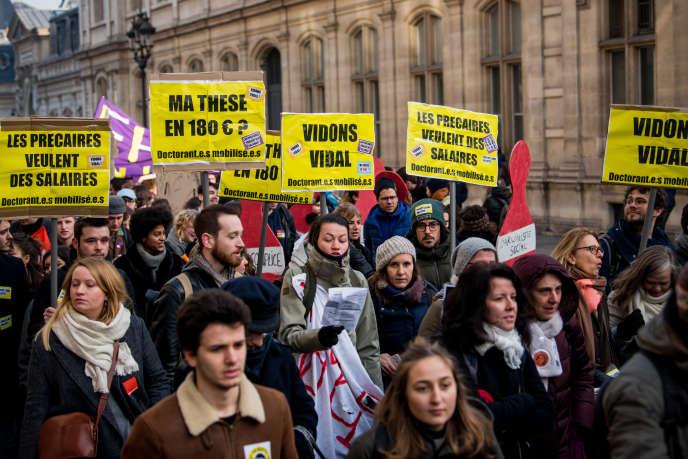 Des personnels de l'enseignement supérieur et de la recherche manifestent contre le projet de réforme des retraites, à Paris, le 24 janvier.