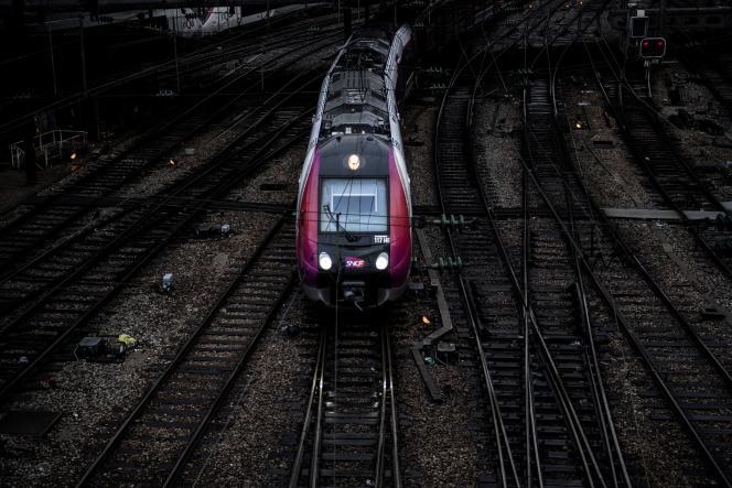 Un RER arrivant à la gare de l'Est durant le mouvement de grève à la SNCF et à la RATP, le 13 décembre 2019.