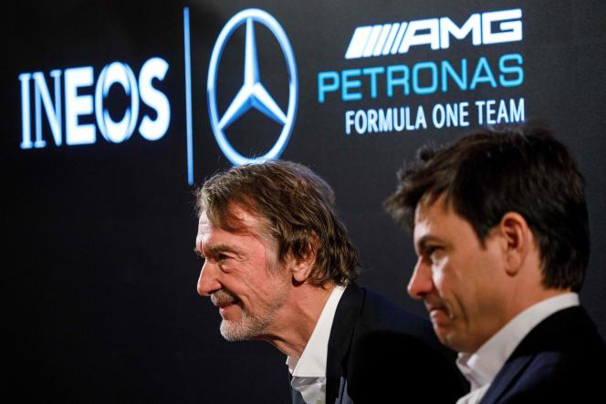 Jim Ratcliffe (à gauche) au côté de Toto Wolff, le patron de l'équipe de F1 Mercedes, le 10 février 2020.