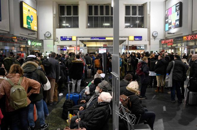 En raison de la forte tempête «Sabine» prévue à Dortmund, des passagers attendent à la gare principale, dans l'ouest de l'Allemagne le 9 février.