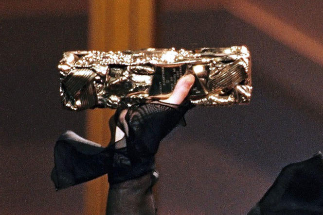 L'actrice Juliette Binoche brandit son César en février 1994.