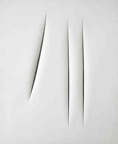 """«En 1946, Lucio Fontana et ses étudiants ont écrit le """"Manifesto blanco"""", une méthode de production où la toile n'est plus considérée comme un espace illusoire, autonome. C'est sous cette impulsion que Fontana a réalisé""""Concetto Spaziale, Attese"""", en 1966, l'une de ses toiles lacérées. Pour lui, la couche de peinture blanche qui recouvre complètement la toile forme un écran blanc, vecteur d'un drame intense. Toute connotation de pureté ou de tranquillité est bouleversée par ses vigoureuses incisions.»"""