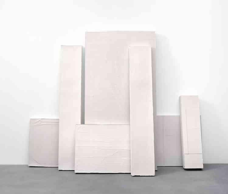 «Cette sculpture est très représentative de l'œuvre de Rachel Whiteread: cela consiste à rendre concret un espace dans les objets du quotidien. Dans cette œuvre, elle a moulé l'intérieur de différentes boîtes en carton avec du plâtre, comme un hommage presque mélancolique au contenant banal du quotidien.»