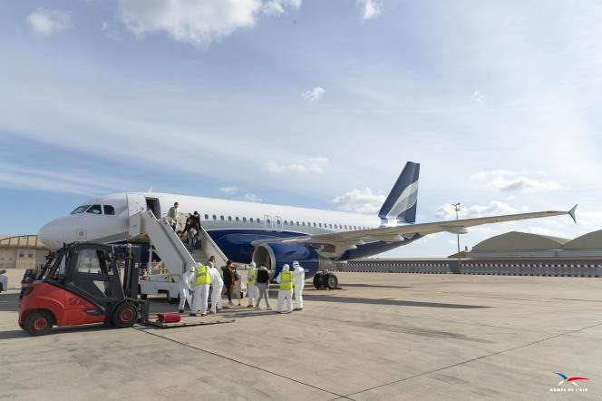 Sur la base aérienne d'Istres (Bouches-du-Rhône), le 9 février. L'avion transportait une trentaine de ressortissants français rapatriés de Chine.