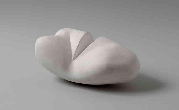 «Dans cette sculpture tardive, Jean (Hans) Arp se sert du plâtre (matériau le plus souvent utilisé pour les maquettes) pour son œuvre finale: il se sert ainsi de la malléabilité du matériau et combine des saillies aux formes rondes à des incisions, au tracé plus net, au couteau.»