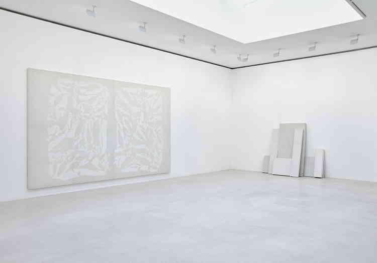 «De prime abord, on aperçoit un monochrome quasi blanc, légèrement teinté, dont le motif laisse aparaître les traces de pliage. Maisl'effet de couleur ne vient pas de la peinture: le lilas est ici la synthèse optique d'un blanc associé à de la couleur ocre de la toile naturelle, rendant la peinture presque diaphane.»