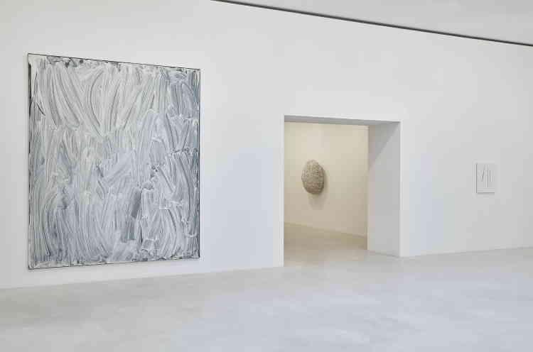 """«Cette œuvre est une des plus grandes et rares de la série des """"Vitrines"""" de Bertrand Lavier. Elle a été exposée au Musée d'art moderne en 2002 et au Centre Pompidou en 2012, lors des deux rétrospectives consacrées à l'artiste. Il s'agit non depeinturemais d'une photographie– de blanc d'Espagne couvrant typiquement la vitrine d'un commerce fermé– imprimée sur toile.»"""