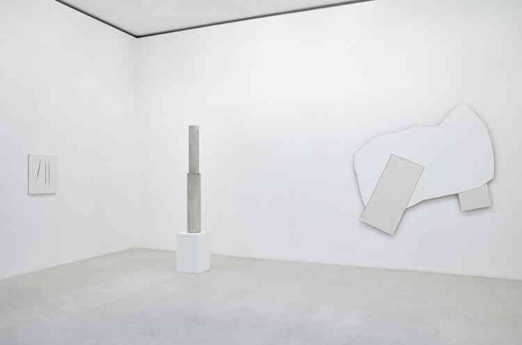 """«Un assemblage d'objets anodins choisis pour leurs formes et recouverts de peinture blanche qui les rend peu reconnaissables compose cette sculpture, qui ressemble à un totem. """"La peinture blanche est mon marbre"""", disait Cy Twombly.»"""